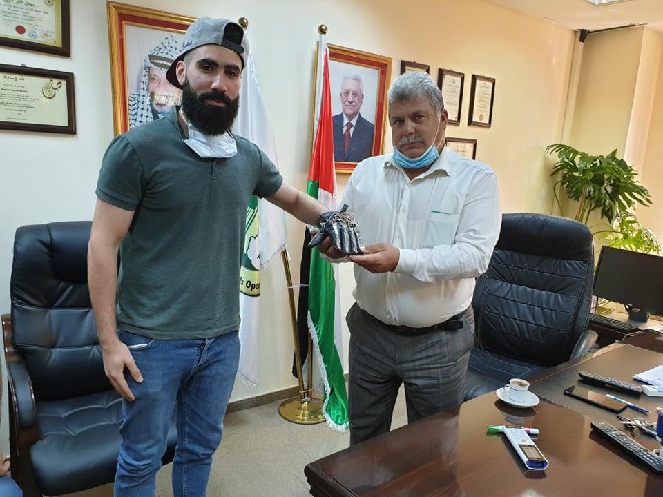 طالب من القدس المفتوحة يطور نظام قفازات إلكترونيا يحوّل حركات الإشارة إلى نصوص